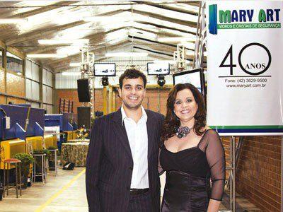Glaston faz homenagem a Mary Art na edição de outubro na revista Vidroplano